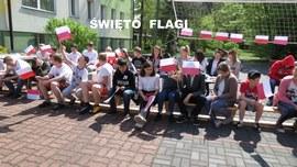 Dzieci z flagami w dłoniach
