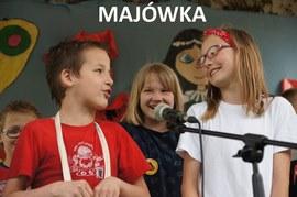 śpiewające dzieci do mikrofonu