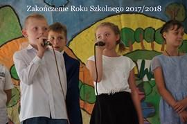 Dzieci z mikrofonami w dłoniach
